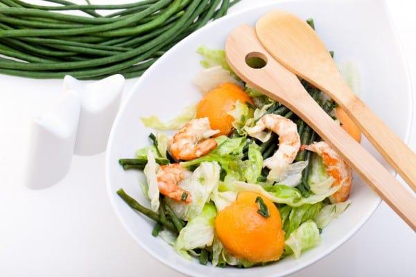 Пикантный салат с персиками