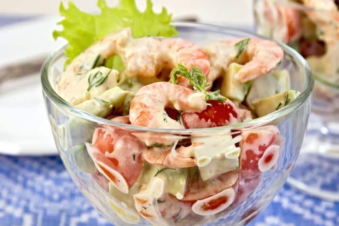 Салат в бокале с креветками и помидорами черри