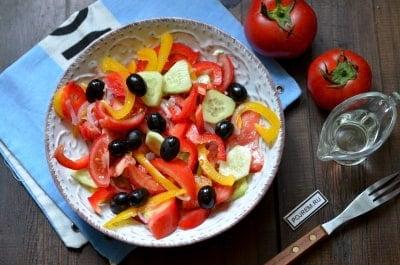 Салат из жареного перца с маслинами